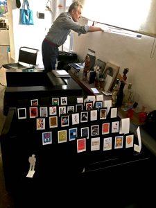 Armando Milani nel suo studio durante la progettazioje della mostra Ubuntu